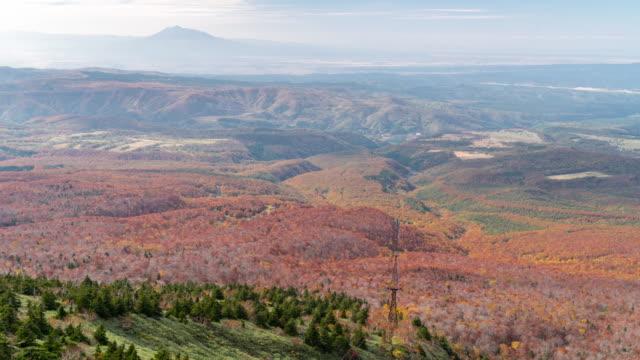 Zeitraffer: Luftaufnahme der Verwaltungssitz roten Urlaub Wald von Seilbahn, Aomori Japan
