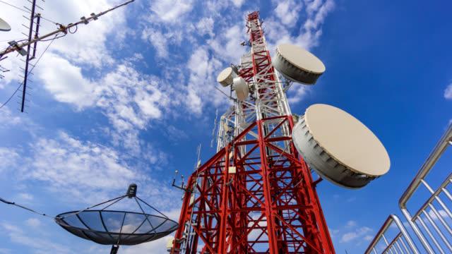 Timelapse antenne communicatie toren en de blauwe hemel
