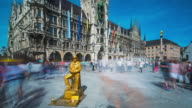 T/L Timelapse at Munich's Marienplatz and the old townhall with a golden showman not moving