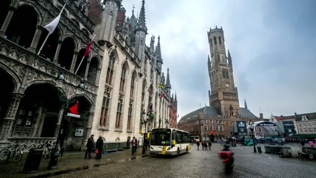 time-lapse in HD: Campanile Belfort alla piazza del mercato di Bruges Belgio