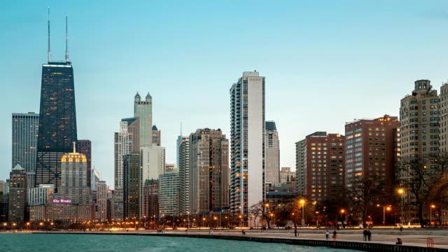 HD-Zeitraffer: Skyline von Chicago an der Michigan-See in der Dämmerung, USA