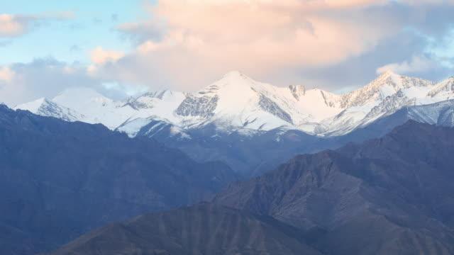 4 K Time-lapse: moln och skugga över Himalayas bergskedja vid soluppgången, Ladakh provinsen, Indien