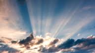 Timelapse wolken met stralen van de zon op een wazige dag