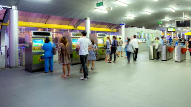 HD-Zeitraffer: Menschenmenge an der U-Bahn-Haltestelle für das moderne Stadtleben Hintergrund