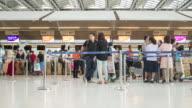 4 K Zeitraffer Menschenmenge im terminal, Check-in-Tor