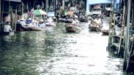 Time-lapse: Damnoen Saduak flytande marknad i Thailand.