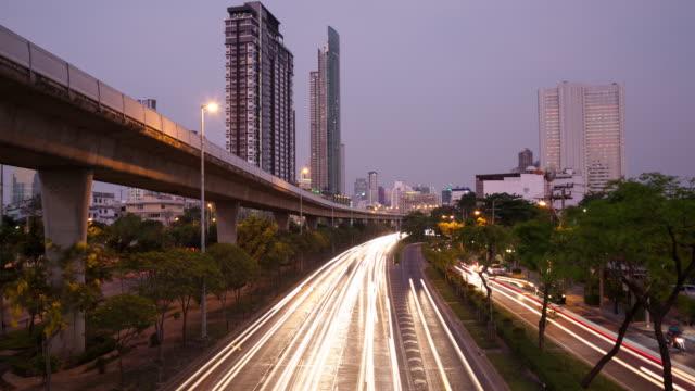 4 K Zeitraffer von Tag zu Nacht: Verkehr auf der Straße in der Stadt Bangkok am Abend.