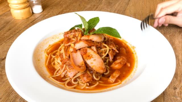 4K Zeitraffer essen Spaghetti mit Tomatensauce
