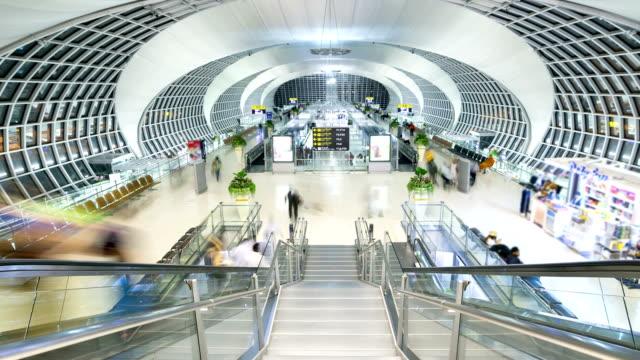Zeitraffer HD: Menschenmenge in Flughafen-Abflughalle Zeitraffer