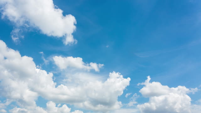 Time-lapse, bewegende wolken boven de blauwe hemel
