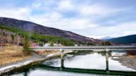 Zeitraffer der Wolke über dem natürlichen See in der Landschaft bewegen
