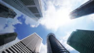 Timelapse von direkt unter Aufnahme von Wolkenkratzern gegen Himmel