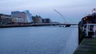 Time lapse del fiume Liffey, Dublino, Irlanda telecamera fissa