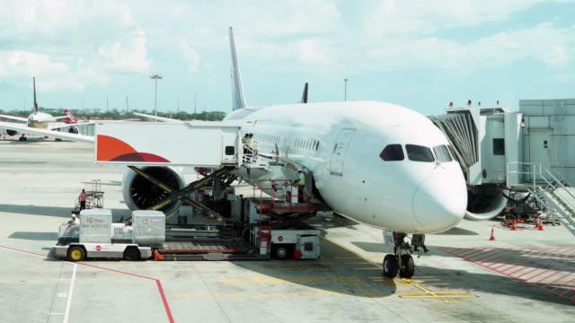 Timelapse van laden van vracht operatie voor commerciële vliegtuig