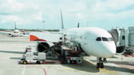 Timelapse der Ladevorgang cargo-Betrieb für Passagierflugzeug