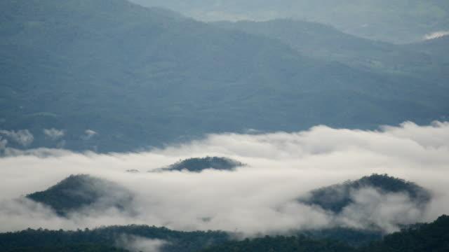 Time-Lapse Zügeltermine Misty Wolken am goldenen Sonnenaufgang am Berg