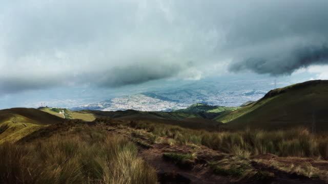 timelapse de quito ecuador pichincha a las montañas de la ciudad con las nubes en la puesta de sol