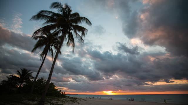 Timelapse van zonsondergang op tropisch strand, Varadero Cuba