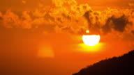 Zeitraffer Wolken bei Sonnenuntergang mit der Bewegung 4 k (UHD