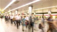 HD Time-lapse: Osaka passagiers instappen in metro station Osaka, Japan.