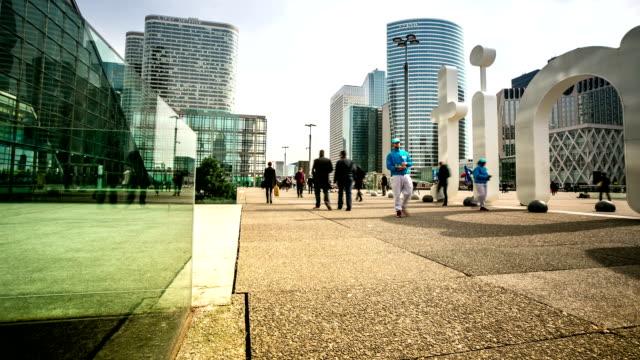 HD-Zeitraffer: Fußgänger überfüllten beim Grande Arche in Paris, Frankreich