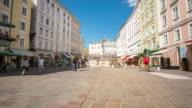 4 K Zeitraffer: Fußgänger überfüllten Stadt Salzburg, Österreich city square
