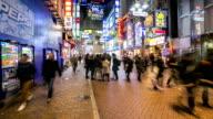 Time-laps'in HD:  Pedoni a Shibuya street con pioggia al crepuscolo