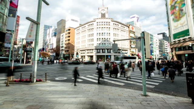 Time-lapse in HD: Pedoni cross a Ginza Crossing