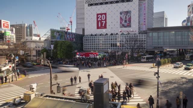 4K Time-lapse: Pedestrians cross at Tokyo Shibuya Crossing