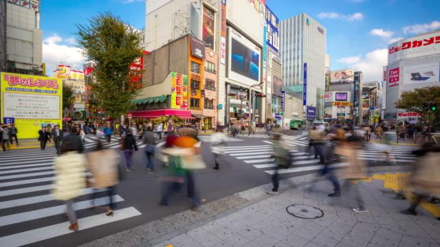 4 K Zeitraffer : Fußgänger überqueren überfüllten in Shinjuku, Tokio