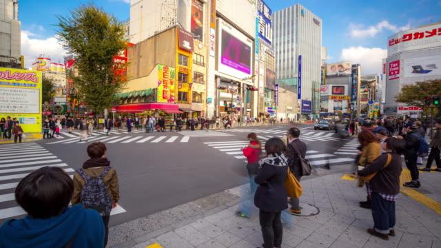 Zeitraffer: Fußgänger überqueren voll im Shinjuku-Tokio