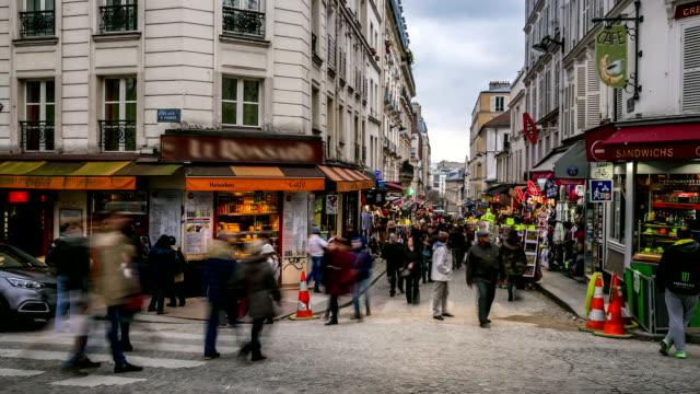 HD Timelapse: Fotgängare folkmassan på shopping gatan Montmartre, Paris