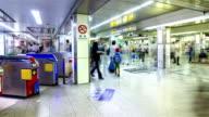 4K Time-lapse: voetgangers metro Platform Osaka, Japan.