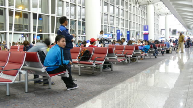 time-lapse people crowded at airport