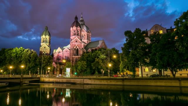 4 K Zeitraffer: St. Lukas pink Kirche München bei Dämmerung