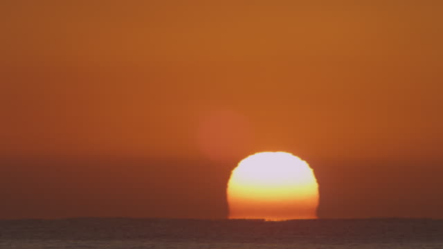 Timelapse WS sun rising above horizon over open sea