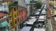 Zeitraffer: Sonntagsmarkt Fußgängerzone in Mailand, Italien, Europa. 4K