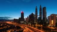 Time-Lapse Verkehr Malaysia Stadt Sonne aufgehen, Zoom in video 4k.