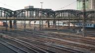 4 K-UHD Zeitraffer : Die Züge der Bewegung unter der Brücke