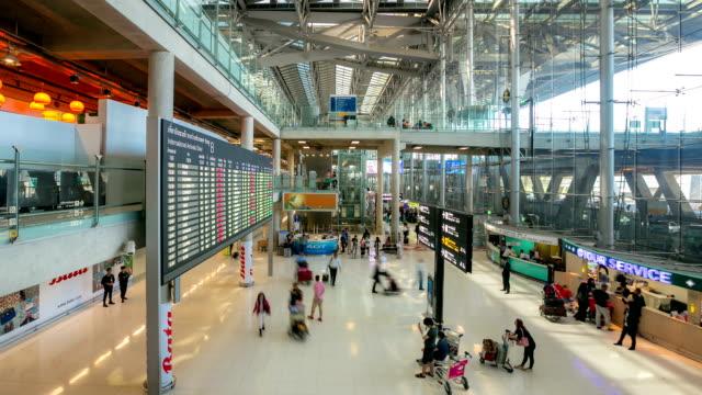 HD-Zeitraffer: Menschenmenge in der Ankunftshalle des Flughafens