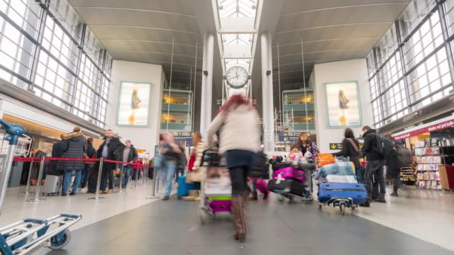 Time-lapse reiziger menigte bij de vertrekhal van de Luchthaven Kopenhagen Denemarken