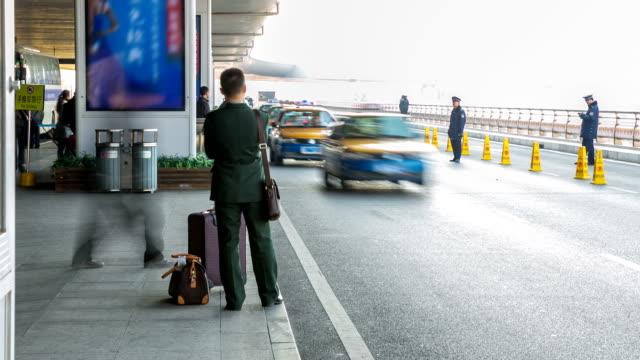 time-lapse: reiziger menigte op de Stand van de Taxi van het vliegveld