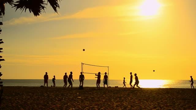 Time lapse volley sulla spiaggia di tramonto