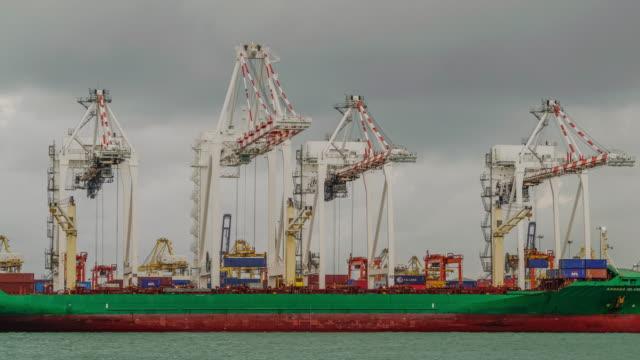 4K time-lapse: werkende kraan laden brug op scheepswerf