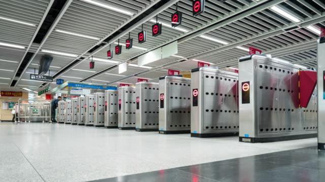 4 K-tijd-tijdspanne: reiziger druk bij 深圳 treinstation