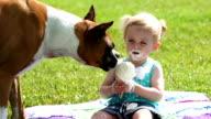 Kleinkinder und doggie teilen Ice cream