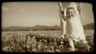 HD-SLOW-MOTION: Kleinkinder auf einer Wiese