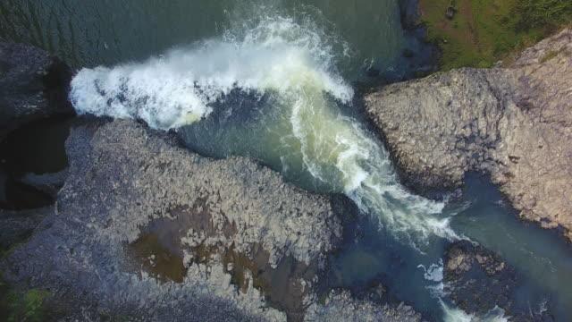 Bovenaanzicht kijkt neer op Hunua Falls, Auckland, Nieuw-Zeeland.