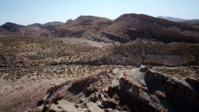 Toppen van gekartelde rode rotsformatie in woestijn