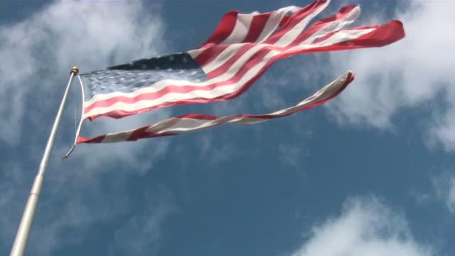Zerrissene amerikanische Flagge. Gestreiftes, beschädigt, schmutzig, Used-Optik.